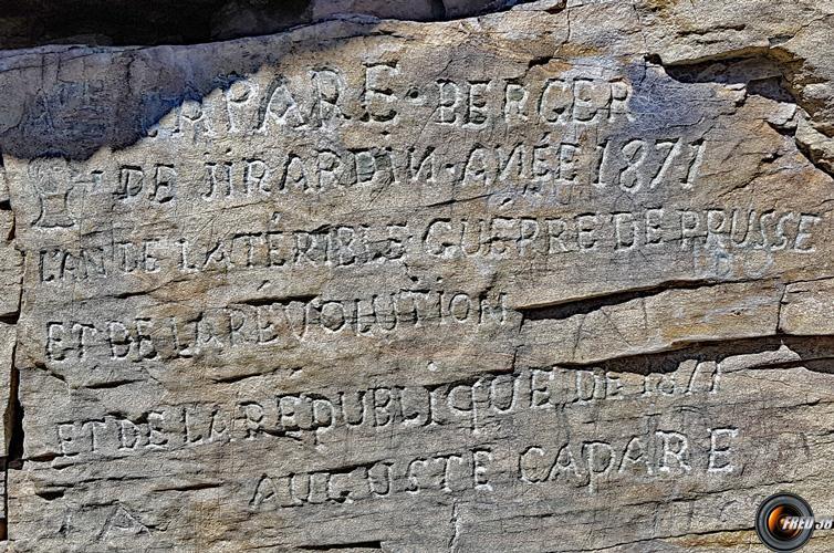 Gravures dans la pierre.