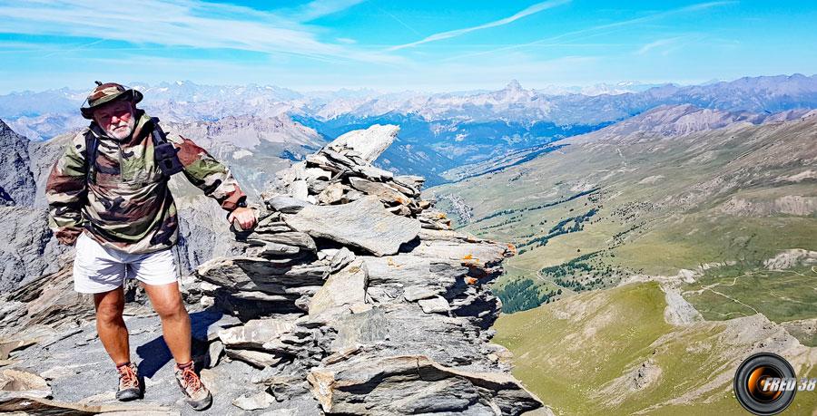 Le sommet et en bas Saint-Véran.