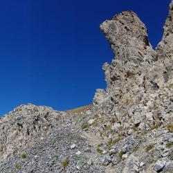 Sentier contournant le ressaut rocheux.