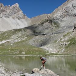 Le lac de Vallonnat Supérieur et en fond le col de Stroppia