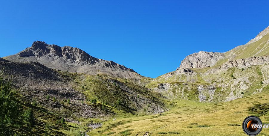 Le col des Estronques et à gauche le sommet.