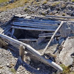 Restes de fortifications au sommet.