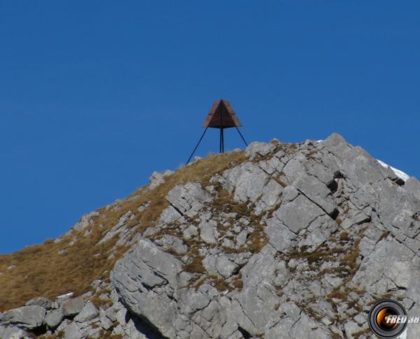La balise géodésique au sommet.