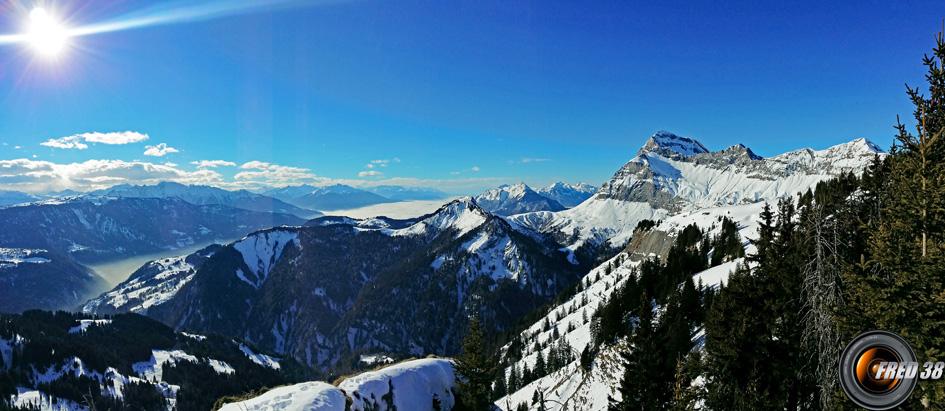 Panoramique vu du sommet, à droite le mont Charvin.