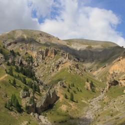 A gauche le Puy Cougu et à droite la porte de Longon.